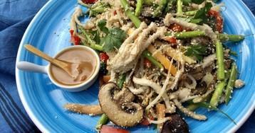 Овощи с молотым сырым рисом под соусом мисо