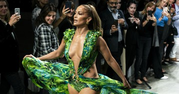 Must Read: Versace Sues Fashion Nova, Gift Guides Are Taking Over the Internet