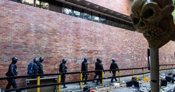 La policía de Hong Kong entra en el campus de la Universidad Politécnica