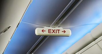 Двухметровый пассажир утихомирил захотевшего покинуть самолет на лету попутчика