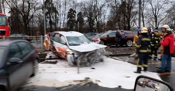 Краш-тест в Петербурге: иномарка протаранила 13 машин, забор и светофор