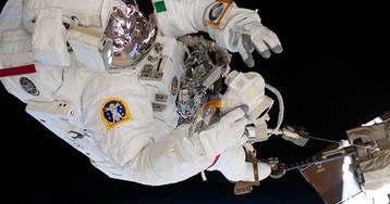 После выхода в открытый космос астронавту пришлось чинить скафандр