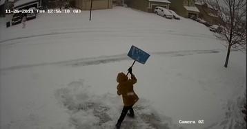Мальчик чистил дорогу от снега, но не рассчитал силы. Зато теперь у нас есть идеальный мем о безысходности