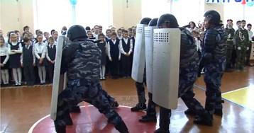 """""""Палкой сверху бей!"""" Спецназ ФСИН показал 5-классникам, как подавляют бунт в колонии"""