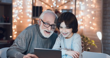 Людям с деменцией нужны новогодние фильмы и песни