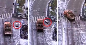 В Москве грузовик сбил женщину с двумя детьми на пешеходном переходе