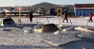 Во Владивостоке десятки машин провалились под лед