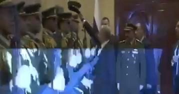 Путин поднял упавшую фуражку офицера караула в Палестине