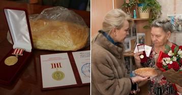 Керченские чиновницы в шубах подарили блокадницам по батону хлеба