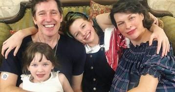 Поправилась на 25 кг: Милла Йовович родила третьего ребенка