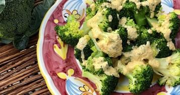 Брокколи с яичным соусом