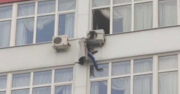 Москвичка выпала из окна многоэтажки и зацепилась за кондиционер