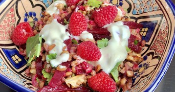 Салат из полбы со свеклой, йогуртовой заправкой и малиной