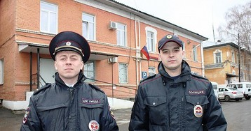 «Схватили за рукава куртки и попытались поднять»: на Урале полицейские спасли женщину, которая сорвалась с 10-ти метрового моста