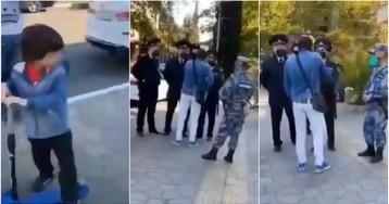 Отец приструнил отряд правоохранителей, остановивших его на улице с ребенком