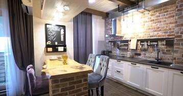 Кирпичные стены, кровать под потолком и комната на балконе — необычный лофт дизайнера