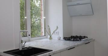 Видео: белоснежный интерьер с мини-кухней 4 кв. м
