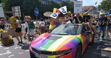 Как вам новый радужный логотип BMW?