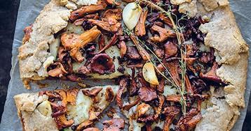 2 простых пирога с лисичками и опятами после грибной охоты
