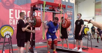Power lifter fractures both knees while attempting to squat nearly 900 pounds