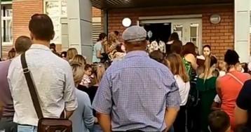 Здравствуй, вирус. Возле российских школ сняли огромные очереди