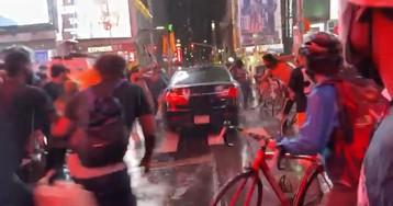 Автомобиль проехал через толпу на площади в Нью-Йорке