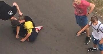 Курьера уволили за нападение на подростка с крашеными волосами