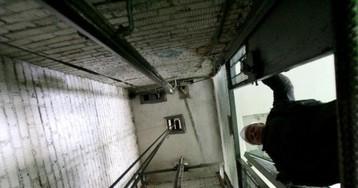 В Киеве дверями лифта зажало пассажира: ужасный момент попал на видео