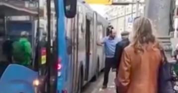 Полиция Москвы проверяет видео, на котором водитель автобуса бьет пассажира