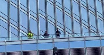 Мужчина устроил переполох в Чикаго – свесился с Trump Tower и выдвинул требование Трампу