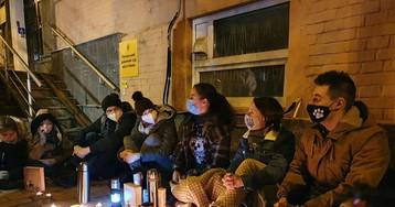 Под Печерским райсудом при свечах зачитывали книгу о Стусе (фото)