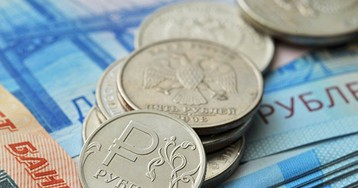 Рубль днем снова начал расти к доллару