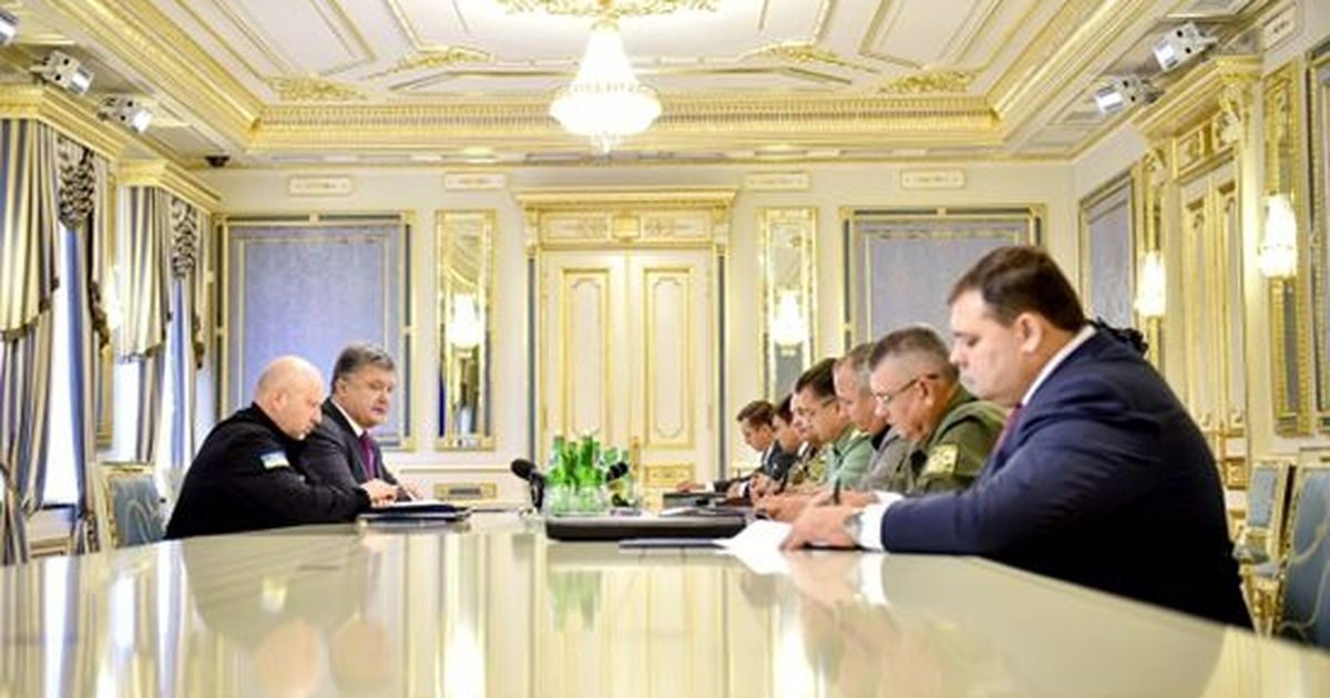 Фото Порошенко доложили оперестрелке междуроссийскими военными иФСБ
