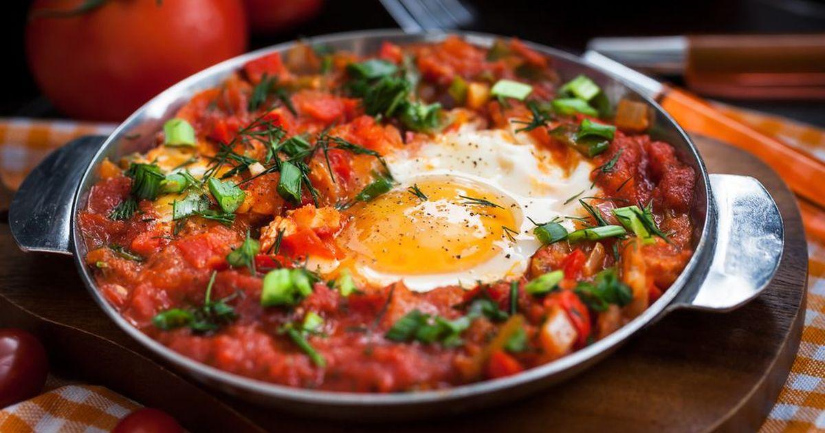 Фото Простой рецепт шакшуки - традиционного израильского блюда из яиц и томатов.