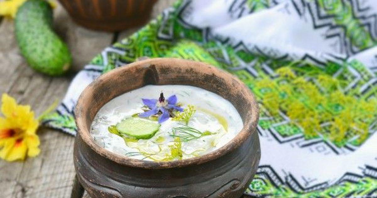 Фото Таратор - холодный суп, очень популярен в Болгарии и Македонии. Делается из кислого молока или кефира, свежих огурцов, чеснока и большого количества зелени.