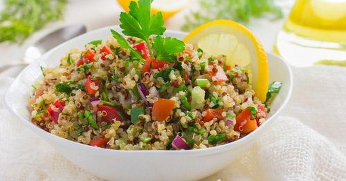 Фото Табуле это Ливанский салат, классическое блюдо средиземноморской кухни из особого вида пшеничной крупы - булгура, мелко порубленной петрушки, помидоров и лука, заправленный оливковым маслом и лимонным соком.