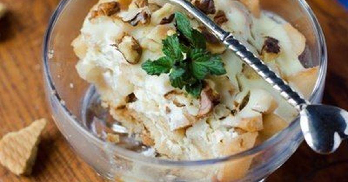 Фото Десерт из груш запеченных с печеньем и сметаной