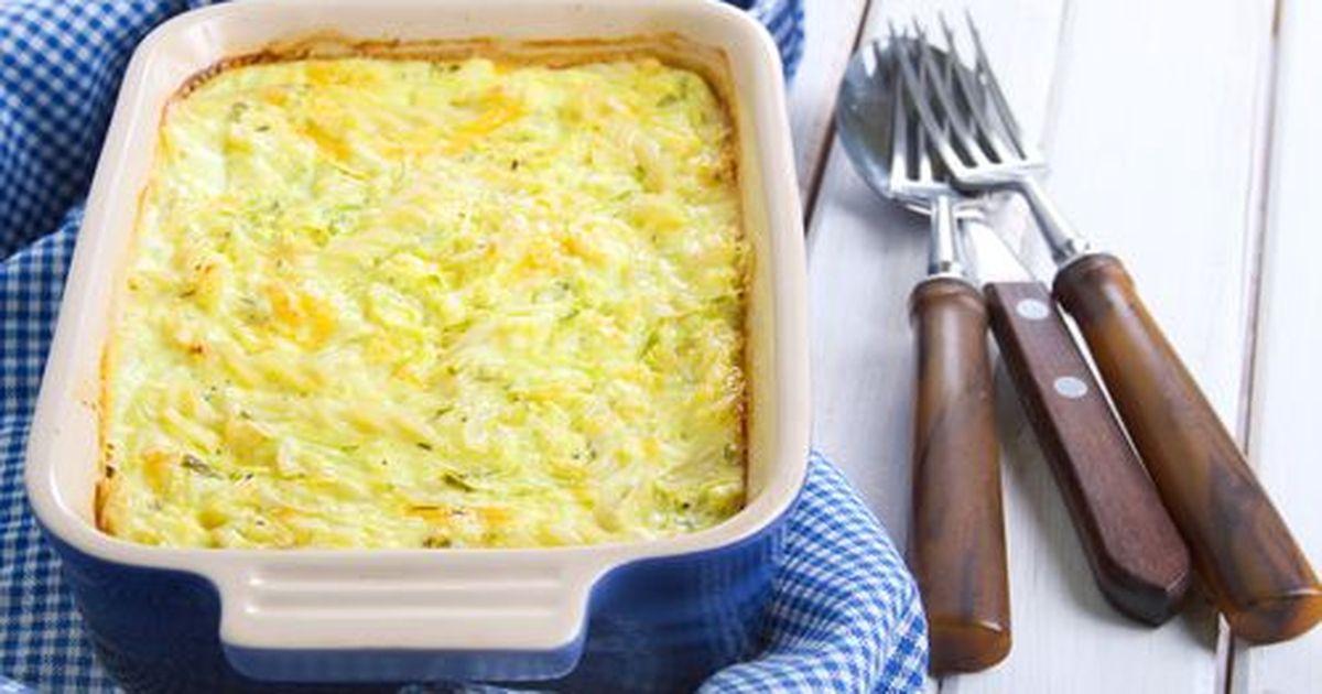 Фото Страта — это блюдо американской кухни, из нескольких ингредиентов, часто один из них хлеб, уложенных слоями и залитых молочно-яичной смесью. Это отличное блюдо для завтрака в рабочие будни, так как все можно, и даже нужно, приготовить заранее и в на