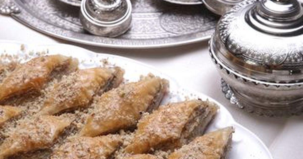 Фото Пахлава — популярное кондитерское изделие из слоеного теста с орехами.