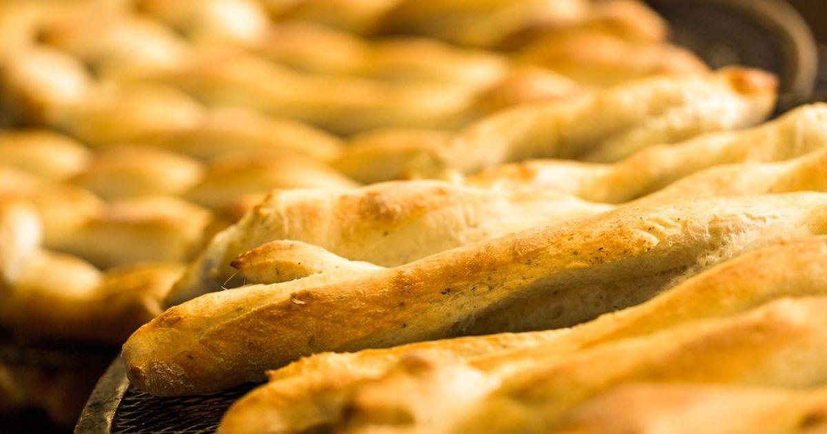 Фото Гриссини – это те самые тонкие хлебные палочки, которые вы могли видеть в итальянских ресторанах. Они нужны для того, чтобы ожидание основных блюд проходило легко и непринужденно