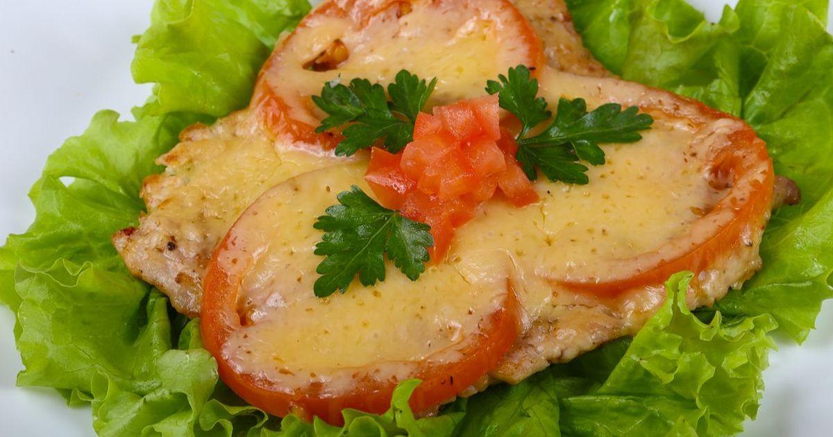 Фото Свинина, запеченная с помидорами и сыром