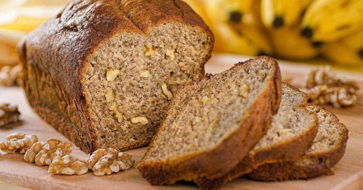 Фото Вкусный необычный хлеб с начинкой можно увидеть не только на полках магазинов. Теперь вы сможете приготовить его и дома! Очень легкий пошаговый рецепт поможет вам в приготовлении бананово-орехового хлеба.