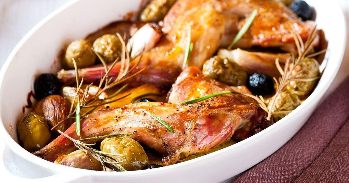 Фото Кролик, запеченный с розмарином и оливками