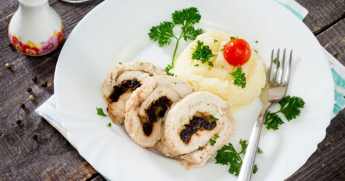 Фото Рулет из куриного филе с черносливом в духовке
