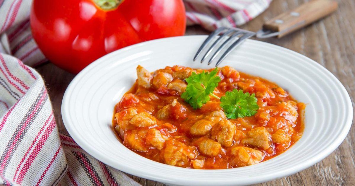 Фото Куриный паприкаш - классическое блюдо австрийской и венгерской кухни. Оно представляет собой сытное блюдо из курицы со специями, овощами и сметаной. Подавать паприкаш можно с пастой или картофелем.
