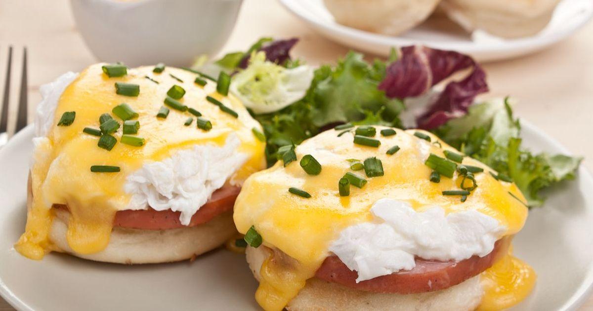 Фото Этот завтрак невероятно популярен в Соединенных Штатах Америки. Он очень сытный и вкусный и его готовка не займет много времени. А необычность рецепта и подачи точно удивит ваших близких. Обязательно попробуйте!