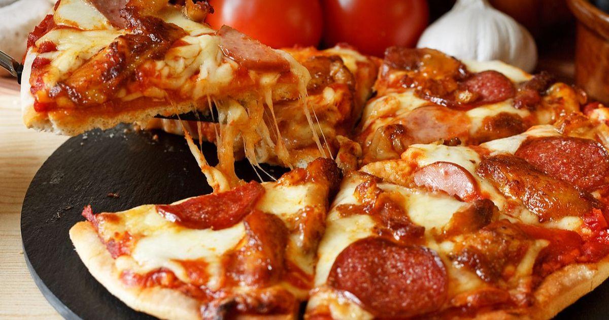Фото Рецепт теста к этой пицце придумал знаменитый итальянский шеф-повар и пиццейола Андреа Галли. Это крайне вкусное блюдо не требует много времени для приготовления или много дорогих ингредиентов. Пицца получается очень нежной и таящей во рту. Просто