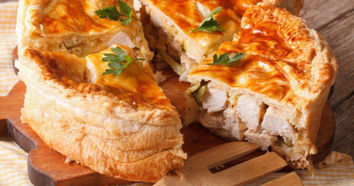 Фото Кулебяка - отличная альтернатива сытному обеду. Как холодная, так и в горячем виде, она не задерживается на столе. Немного импровизации и времени - и вы накормили всю семью.