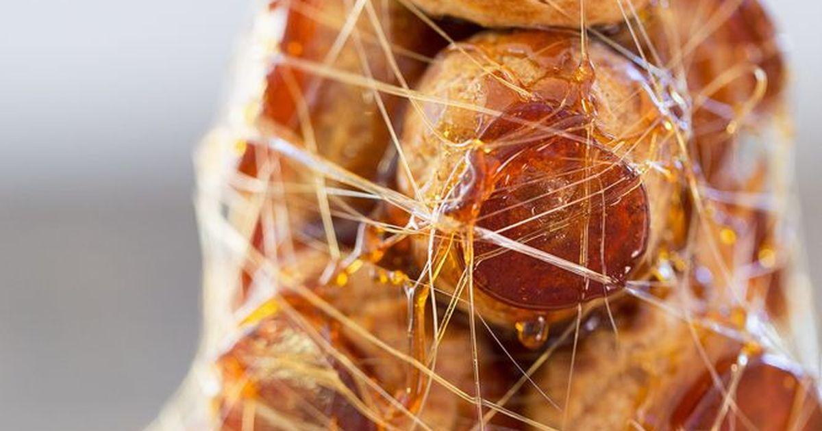 """Фото Хотите удивить всех гостей за праздничным столом? Приготовьте потрясающий французский десерт под названием """"крокембуш""""! Выглядит он весьма эффектно, ведь приготовленные из заварного теста пирожные выкладываются пирамидкой и заливаются карамелью. А к"""