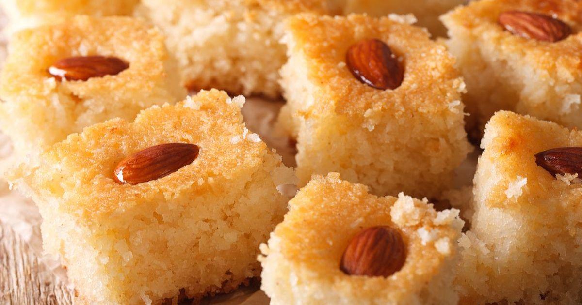 Фото Басбуса - это нежный и рассыпчатый пирог пропитанный сахарным сиропом. Он пришел к нам из восточной кухни, где знают толк в изысканных десертах. Само приготовление басбуса довольно простое и не займет у вас много времени, но зато пирог получится а